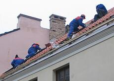 915719_construction_workers_on_a_roof
